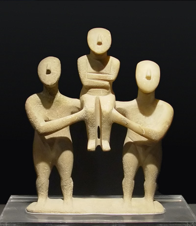 Grupa tri kikladkse figure, bronzano doba, Badische Landesmuseum, Karlsrue, Nemačka.
