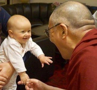 Dalaj Lama i beba