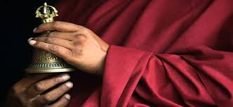 Tibetanski monah sa zvonom