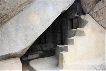 Maču Pikču, pećina ispod Toreona, stepenište simbol Pacamame